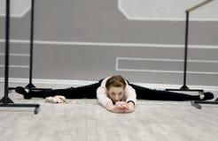 Ο αρκετά νέος χαριτωμένος χορευτής μπαλέτου θερμαίνει Στοκ εικόνα με δικαίωμα ελεύθερης χρήσης