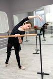 Ο αρκετά νέος χαριτωμένος χορευτής μπαλέτου θερμαίνει Στοκ φωτογραφίες με δικαίωμα ελεύθερης χρήσης
