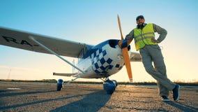 Ο αρσενικός αεροπόρος βγάζει τα ακουστικά, κλείνει επάνω φιλμ μικρού μήκους