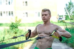 Ο αρσενικός αθλητής είναι μια άριστη κατάρτιση, καθαρός αέρας στη φύση το καλοκαίρι στην πόλη, αισθάνεται τη δύναμη θέλησης ισορρ Στοκ Εικόνες