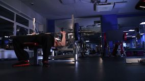 Ο αρσενικός αθλητής εκτελεί τον Τύπο πάγκων 80kg barbell Μήκος σε πόδηα εκκέντρων ολίσθησης απόθεμα βίντεο