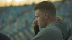 Ο αρσενικός ανεμιστήρας δυσαρεστημένος με το παιχνίδι της εθνικής ομάδας ποδοσφαίρου, κρατά ήρεμος, πλήξη απόθεμα βίντεο