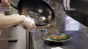 Ο αρσενικός αρχιμάγειρας έβαλε τα κινεζικά νουντλς με τις γαρίδες με την πικάντικη φυτική σάλτσα απόθεμα βίντεο