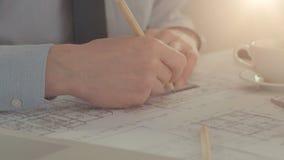 Ο αρσενικός αρχιτέκτονας σύρει ένα κατασκευαστικό πρόγραμμα απόθεμα βίντεο