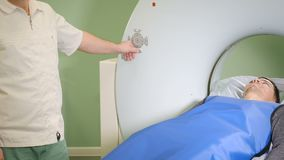 Ο αρσενικός ασθενής κινείται σε έναν CT-ανιχνευτή Ιατρικός εξοπλισμός: υπολογισμένη μηχανή τομογραφίας στη διαγνωστική κλινική υγ απόθεμα βίντεο