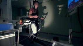 Ο αρσενικός ασθενής προσπαθεί να περπατήσει με τη βοήθεια μιας προσομοίωσης περπατήματος σύνθετης Ιατρική έννοια αποκατάστασης απόθεμα βίντεο