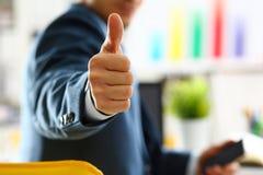 Ο αρσενικός βραχίονας παρουσιάζει ΕΝΤΆΞΕΙ ή επιβεβαιώνει κατά τη διάρκεια της διάσκεψης Στοκ φωτογραφία με δικαίωμα ελεύθερης χρήσης
