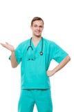 Ο αρσενικός γιατρός απομόνωσε το λευκό εξετάζει τη κάμερα και στοκ εικόνες