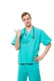 Ο αρσενικός γιατρός απομόνωσε το λευκό εξετάζει τη κάμερα και στοκ φωτογραφία