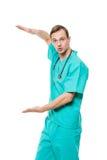 Ο αρσενικός γιατρός απομόνωσε το λευκό εξετάζει τη κάμερα και στοκ εικόνες με δικαίωμα ελεύθερης χρήσης