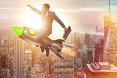Ο αρσενικός επιχειρηματίας που πετά στον πύραυλο στην επιχειρησιακή έννοια Στοκ φωτογραφία με δικαίωμα ελεύθερης χρήσης