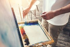 Ο αρσενικός καλλιτέχνης αναμιγνύει τα χρώματα στην παλέτα στο στούντιο Ζωγράφος στο εργαστήριο Στοκ Φωτογραφίες