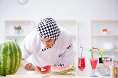 Ο αρσενικός μάγειρας με το καρπούζι στην κουζίνα Στοκ φωτογραφίες με δικαίωμα ελεύθερης χρήσης
