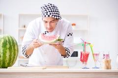 Ο αρσενικός μάγειρας με το καρπούζι στην κουζίνα Στοκ εικόνα με δικαίωμα ελεύθερης χρήσης