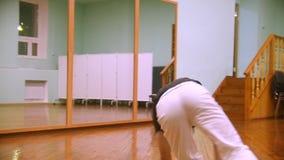 Ο αρσενικός μαχητής εκτελεί τα αρειανά τεχνάσματα με τα στοιχεία χορού στη γυμναστική φιλμ μικρού μήκους
