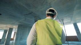 Ο αρσενικός μηχανικός που εργάζεται στο εργοτάξιο οικοδομής, κλείνει επάνω απόθεμα βίντεο