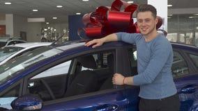 Ο αρσενικός πελάτης παρουσιάζει αντίχειρά του κοντά στο αυτοκίνητο απόθεμα βίντεο