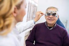 Ο αρσενικός πρεσβύτερος εξετάζει τα μάτια Στοκ φωτογραφία με δικαίωμα ελεύθερης χρήσης