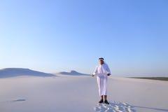 Ο αρσενικός σχεδιαστής Emirati συμπληρώνει την έρευνα περιοχών γιατί η κατασκευή κάθεται Στοκ εικόνες με δικαίωμα ελεύθερης χρήσης