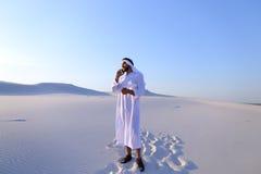 Ο αρσενικός σχεδιαστής Emirati συμπληρώνει την έρευνα περιοχών γιατί η κατασκευή κάθεται Στοκ Εικόνες