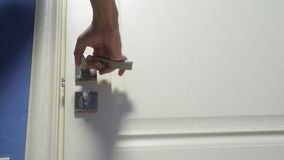 Ο αρσενικός τρόπος ζωής χεριών ατόμων ανοίγει την πόρτα από το δωμάτιο Ταξίδι έννοιας ξενοδοχειακού καταλύματος Το άτομο ανοίγει  απόθεμα βίντεο