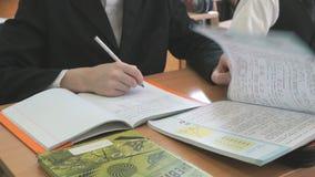 Ο αρχάριος κτυπά τις σελίδες του εγχειριδίου κατά τη διάρκεια του μαθήματος φιλμ μικρού μήκους