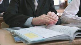 Ο αρχάριος που γράφει το κείμενο στο copybook απόθεμα βίντεο