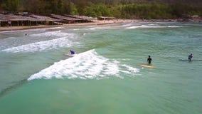 Ο αρχάριος Surfer οδηγά το κύμα και αφορά κάτω το λόφο απόθεμα βίντεο