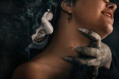 Ο αρχαίος δαίμονας βαμπίρ τεράτων δαγκώνει έναν λαιμό γυναικών Αποκριές fant Στοκ φωτογραφία με δικαίωμα ελεύθερης χρήσης