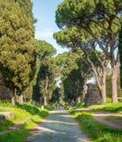 Ο αρχαίος τρόπος Appia Antica Appian σε ένα ηλιόλουστο πρωί άνοιξη, στη Ρώμη Στοκ Φωτογραφίες