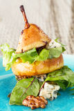 Ο αρχικός τρόπος να εξυπηρετηθεί η σαλάτα αχλαδιών με πράσινο βγάζει φύλλα και μπλε τυρί α Στοκ εικόνα με δικαίωμα ελεύθερης χρήσης