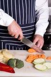 Ο αρχιμάγειρας έκοψε το καρότο στοκ φωτογραφία με δικαίωμα ελεύθερης χρήσης