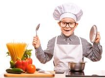 Ο αρχιμάγειρας αγοριών μαγειρεύει στην κουζίνα Στοκ Εικόνα