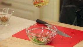 Ο αρχιμάγειρας αλατίζει και χύνει το ελαιόλαδο στο κύπελλο φιλμ μικρού μήκους