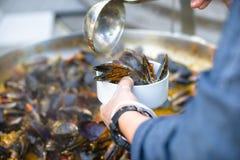 Ο αρχιμάγειρας βάζει τα μύδια Καλό μεσημεριανό γεύμα ή γεύμα Ζήστε υγιή τρόφιμα Κινηματογράφηση σε πρώτο πλάνο ενός δύτη στο χέρι Στοκ φωτογραφία με δικαίωμα ελεύθερης χρήσης