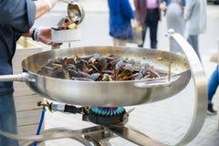 Ο αρχιμάγειρας βάζει τα μύδια Καλό μεσημεριανό γεύμα ή γεύμα Ζήστε υγιή τρόφιμα Κινηματογράφηση σε πρώτο πλάνο ενός δύτη στο χέρι Στοκ Εικόνες