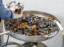 Ο αρχιμάγειρας βάζει τα μύδια Καλό μεσημεριανό γεύμα ή γεύμα Ζήστε υγιή τρόφιμα Κινηματογράφηση σε πρώτο πλάνο ενός δύτη στο χέρι Στοκ εικόνα με δικαίωμα ελεύθερης χρήσης
