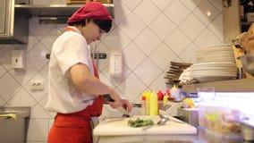 Ο αρχιμάγειρας γυναικών τεμάχισε τα φρέσκα λαχανικά και τον άνηθο απόθεμα βίντεο