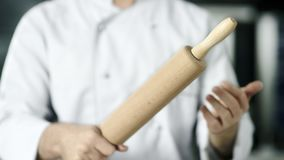 Ο αρχιμάγειρας δίνει τον κυλώντας κύλινδρο στην κουζίνα Χέρια αρχιμαγείρων κινηματογραφήσεων σε πρώτο πλάνο που παίζουν με τον κύ απόθεμα βίντεο
