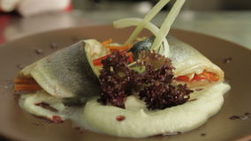 Ο αρχιμάγειρας εξυπηρετεί τα ψάρια και τις πολτοποιηίδες πατάτες φιλμ μικρού μήκους