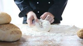 Ο αρχιμάγειρας ζυμώνει τη ζύμη φιλμ μικρού μήκους