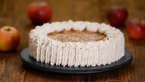 Ο αρχιμάγειρας ζύμης διακοσμεί το κέικ μήλων με τα φυστίκια απόθεμα βίντεο