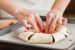 Ο αρχιμάγειρας ζύμης διαμορφώνει τη ζύμη με τα χέρια σας για τα μπισκότα Στοκ φωτογραφίες με δικαίωμα ελεύθερης χρήσης