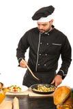 Ο αρχιμάγειρας διακοσμεί vegeatbels στο πιάτο Στοκ Εικόνες