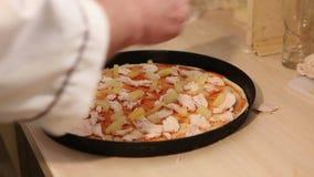 Ο αρχιμάγειρας κάνει την πίτσα Ο μάγειρας κάνει την πίτσα με τον ανανά, ιταλική πίτσα, τα χέρια του μάγειρα που κάνει την πίτσα φιλμ μικρού μήκους