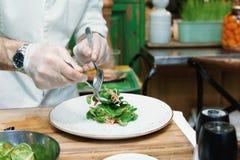 Ο αρχιμάγειρας κάνει το φυτικό εκκινητή, που τονίζεται Στοκ Εικόνες