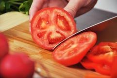 Ο αρχιμάγειρας κόβει την ντομάτα Στοκ φωτογραφίες με δικαίωμα ελεύθερης χρήσης