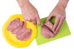 Ο αρχιμάγειρας κόβει το κρέας χοιρινού κρέατος στα λεπτά επίπεδα κομμάτια με ένα αιχμηρό μαχαίρι επάνω Στοκ φωτογραφία με δικαίωμα ελεύθερης χρήσης