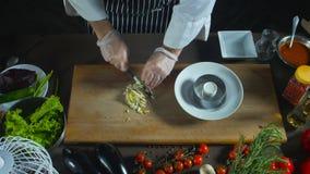 Ο αρχιμάγειρας κόβει το σκληρό βρασμένο αυγό φιλμ μικρού μήκους