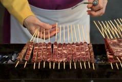 Ο αρχιμάγειρας μαγειρεύει αποκαλούμενο κρέας Arrosticini στα ιταλικά γλώσσα είναι ένα cla Στοκ φωτογραφία με δικαίωμα ελεύθερης χρήσης